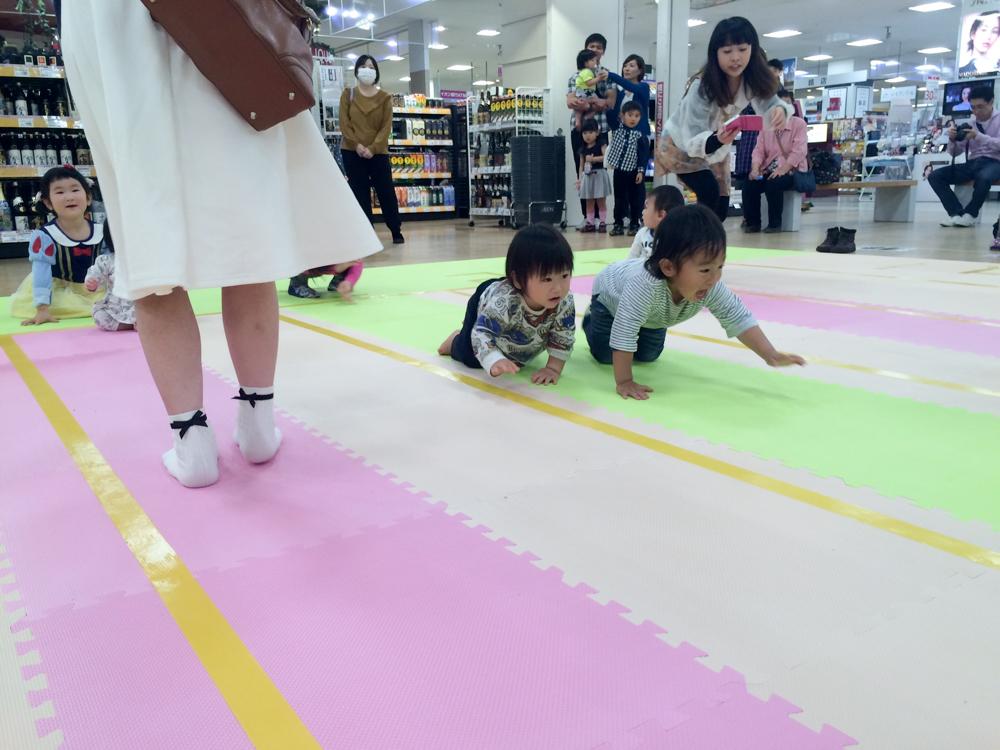 イオン延岡ショッピングセンターPresents赤ちゃんハイハイ競走♪